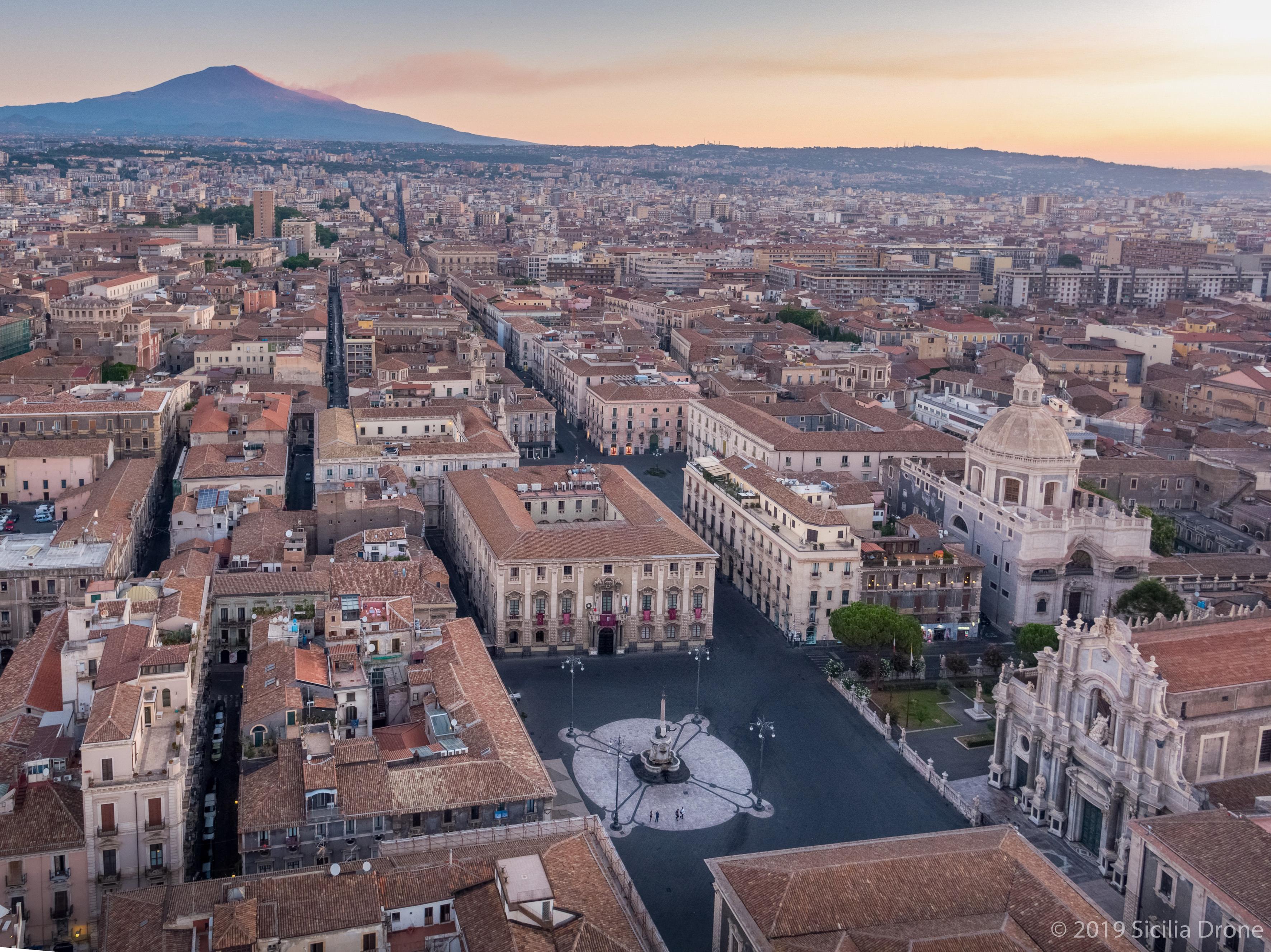 Italia: Il curioso invito del Comune di Catania: teatranti, gratis online!